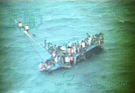 Yhdysvaltain rannikkovartioston kuvassa näkyy kaatumaisillaan oleva vene, joka kuljetti yli sataa haitilaista Bahaman edustalla.