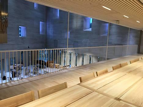 Kirkkosalin parvelta voi seurata jumalanpalveluksia. Muunneltava tila toimii myös kokouspaikkana.