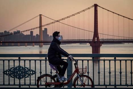 Mies pyöräili Kiinan Wuhanissa helmikuussa.