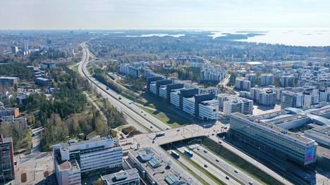 Kauppakeskus Ison Omenan kohdalla Matinkylässä on rampit vain lännen eli Kirkkonummen suuntaan. Idän eli Helsingin suunnasta tultaessa täytyy ajaa joko Olarin tai Matinkylän kautta.