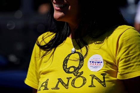 Donald Trumpin kannattaja on pukeutunut Qanon-paitaan.