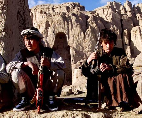 Hazarataistelijoita Talebanin tuhoamien jättimäisten Buddha-patsaiden paikalla Bamiyanissa Afganistanissa joulukuussa 2001.
