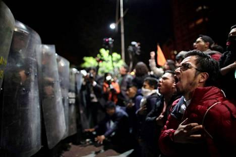 Presidentinvaalin kakkosehdokkaan Carlos Mesan kannattajat protestoivat La Pazin kaduilla maanantaina.