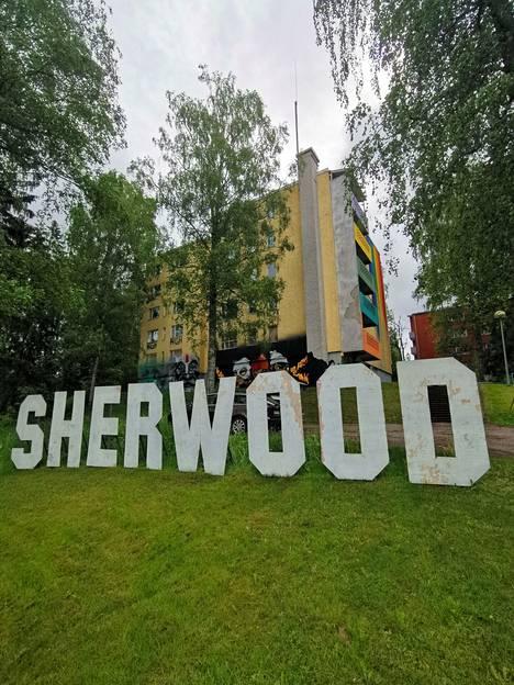 Moni on kysellyt onko Keravan tunnettu Sherwood-kyltti siirretty Keinukalliosta Taiteen kotitalon eteen. Keinukallion teos on kuitenkin edelleen pystyssä.