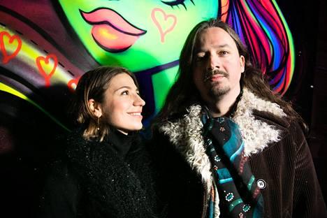 Dalia Stasevska ja Lauri Porra kuvattiin Lux Helsinki -festivaalin Ultraviolet Gallery -graffititeoksen edessä.