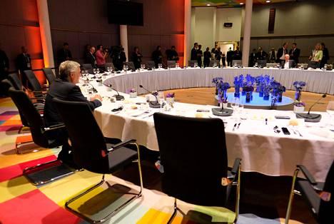 EU-parlamentin puheenjohtaja Antonio Tajani (vas.) ja Euroopan komission puheenjohtaja Jean-Claude Juncker odottivat muita kokouspöytään Brysselissä sunnuntaina.