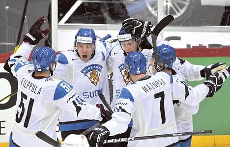 Suomen ykköskenttä – Valtteri Filppula, Jussi Jokinen, Mikko Koivu, Juuso Hietanen ja Mikko Mäenpää – juhli 2–2-tasoitusmaalia.