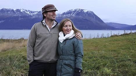Kanadalainen Colin ja suomalainen Mari Carver ostivat maatilan Pohjois-Norjasta Lyngenin alppien kupeesta. Norjan valtio voi maksaa maatilayrittäjän aloituskustannuksista jopa kolme neljäsosaa.