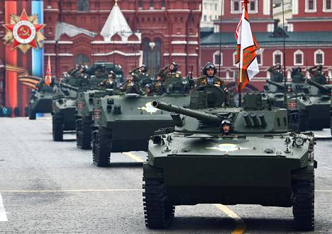 Venäjän armeijan tankit ajoivat toisen maailmansodan päättymisen muistoparaatissa Moskovassa viime toukokuussa.