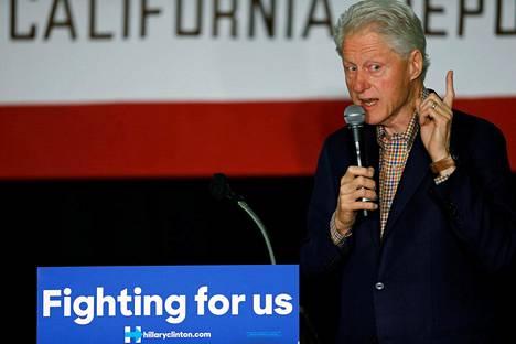Yhdysvaltain entinen presidentti Bill Clinton vaimonsa Hillary Clintonin vaalitilaisuudessa toukokuun alussa San Diegossa.