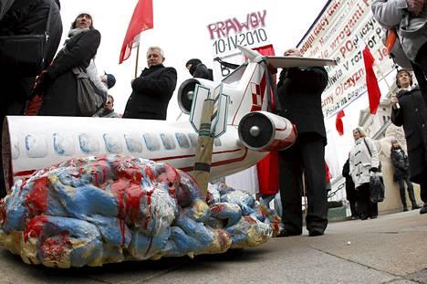 Puolassa vietettiin keskiviikkona vuoden 2010 lentokoneonnettomuuden muistopäivää. Onnettomuudessa kuoli Puolan presidentin Lech Kaczynskin lisäksi 95 muuta ihmistä. Katastrofi ja sen syyt aiheuttavat yhä riitoja.