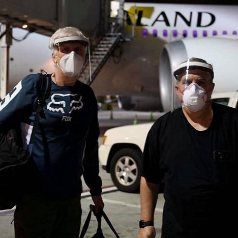 Ohjaaja James Cameron (vas.) ja tuottaja Jon Landau saapuivat Wellingtonin lentokentälle Uuteen-Seelantiin 31. toukokuuta.