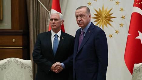 Yhdysvaltain varapresidentti Mike Pence ja Turkin presidentti Recep Tayyip Erdoğan eivät puhuneet toimittajille ennen tapaamistaan Turkissa..