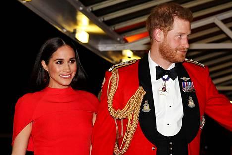 Prinssi Harry ja herttuatar Meghan ovat taloudellisesti riippumattomia brittihovista ja tekevät viihdeuraa Yhdysvalloissa. Pariskunta kuvattuna Mountbatten -festivaalilla maaliskussa 2020.