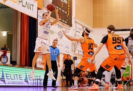 Mikko Koivisto (vas.) heitti tehokkaasti perjantai-iltana. Kuva on ensimmäisestä loppuottelusta.