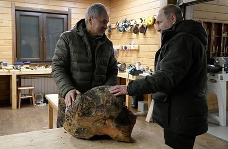 Putin ja Šoigu pistäytyivät retkellään puutyöpajassa.