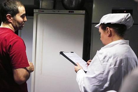 Elintarviketarkastaja Pauliina Talja tarkistaa (oik.) Refik Tosukin omistaman ravintola Il Sicilianon laitteiden lämpötiloja osana OIVA-terveystarkastusta.