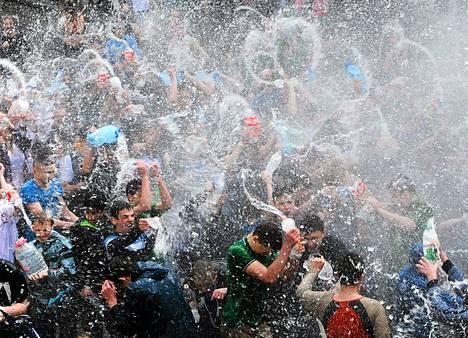 Ihmiset suihkuttivat maanantaina vettä toistensa päälle Lvivin ukrainalaiskaupungissa.He juhlistivat rituaalilla ortodoksisen pääsiäisen ensimmäistä päivää, jota kutsutaan puhtaaksi tai märäksi maanantaiksi.