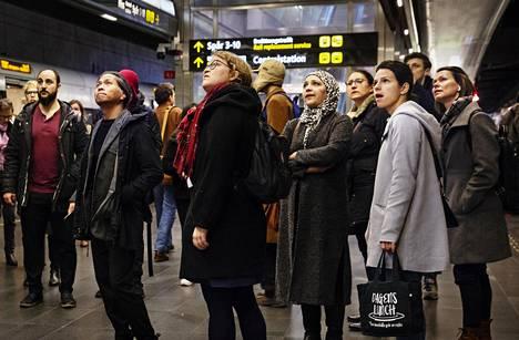 Matkustajat katselivat taululta ilmoituksia junien myöhästymisestä Malmön rautatieasemalla. Viivytyksiä on luvassa lisää, kun Tanska aloittaa rajatarkastukset 12. marraskuuta.