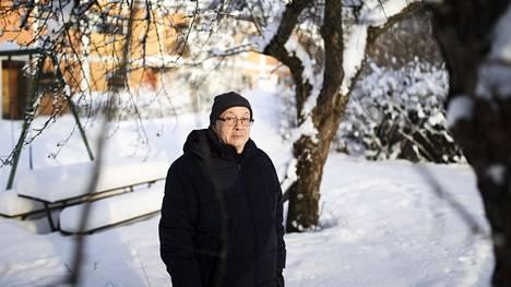 """Seppo Aalto pitää yhtä lailla tutkimisesta kuin opettamisesta. """"Vapaa luento isolle yleisölle on nautinto, ja saan siinä yhteyden nuoruuteni teatteritaustaan."""" Aalto kuvattiin pihapiirissään Kannelmäessä."""