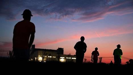 Työntekijät kulkivat aamuseitsemältä töihin Nokian Renkaiden tehtaalle Tennesseen Daytonissa.