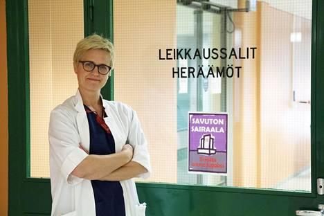 Kanta-Hämeen sairaanhoitopiirin gastrokirurgi Ilana Lyytinen leikkasi esimerkiksi sappi- sekä nivus- ja napatyräleikkauksia Mehiläisen tiloissa. Kuva on otettu keskussairaalassa.