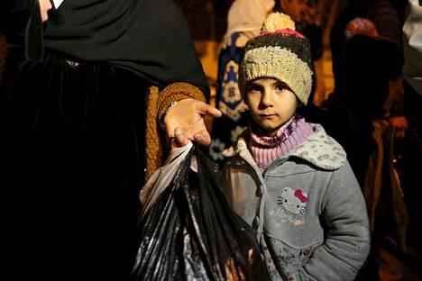 Syyrialaistyttö odotti Madayan kaupungin laidalla maanantai-iltana lupaa poistua kaupungista. Tytön vanhempien mukaan perhe oli saanut luvan poistua kaupungista avustuskuljetusten saavuttua.