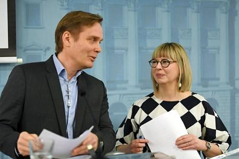 Sosiaaliturvakomitean puheenjohtajaksi kutsuttu tutkimusprofessori Pasi Moisio sekä sosiaali- ja terveysministeri Aino-Kaisa Pekonen (vas) esittelivät perjantaina sosiaaliturvauudistuksen käynnistämistä.