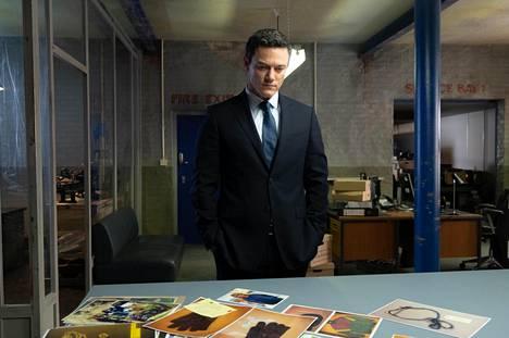 Rikosylikomisario Steve Wilkins (Luke Evans) avaa ratkaisemattoman murhatapauksen uudelleen seitsemäntoista vuotta myöhemmin.