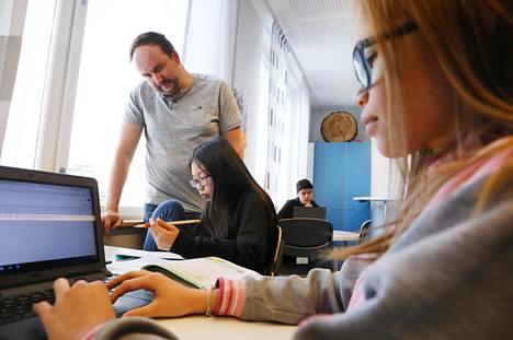 Digiopetuksen pioneeri Markus Humaloja opetti kuudesluokkalaisia Salla Torppalaa ja Erica Mäkista Veromäen koulussa vuonna 2017. Humalojasta tulee asiantuntija uuteen oppimishankkeeseen.