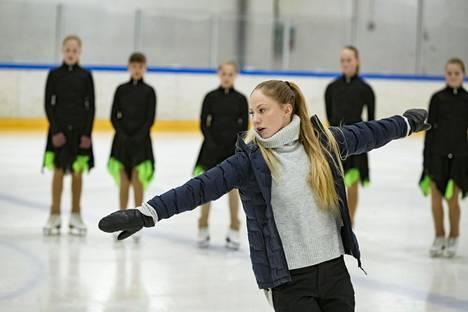 Laura Spiridovitsh näyttää MiniMintseille liikkeet, joita yhdessä harjoitellaan.