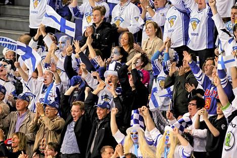 Fanit juhlivat Leijonien puolivälieräottelun voittoa Hartwal-areenassa.