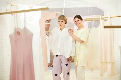 Designmuseon Mukavuuden vallankumous -näyttelyn kuraattori Liisa Jokisen (vas) ja Nanson pääsuunnittelija Noora Niinikosken mukaan pukeutuminen on rentoutunut.