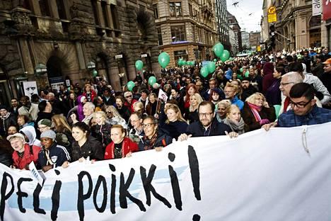 Mielenosoittajia rasismia ja fasismia vastustaneessa Peli poikki -mielenosoituksessa Helsingissä syyskuussa 2016.