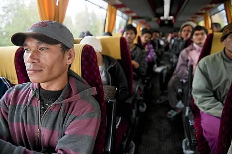 Thaimaalaisia marjanpoimijoita bussissa Äänekosken Suolahdessa keskiviikkona.