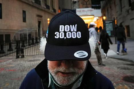 New Yorkin pörssin ulkopuolella tiistaina seisseellä meklarilla Peter Tuchmanilla oli päässään huippulukemista kertova lippalakki.