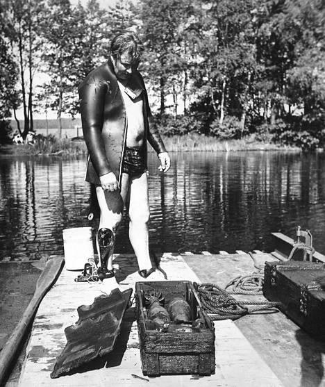 Maanantaina nostettiin kymmenen kranaatteja sisältävää laatikkoa vedestä. Sukeltaja, ylikersantti Jorma Oksanen tarkastelee kranaatteja, joista noin puolet vielä on toimintakelpoisia ja erittäin vaarallisia.