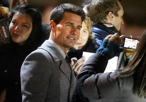 Tom Cruise poseerasi faniensa kanssa uuden Vaarallinen tehtävä -elokuvan markkinointitapahtumassa Moskovassa torstaina.