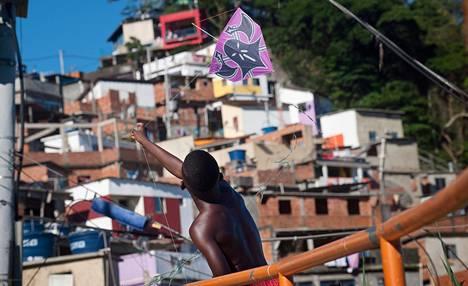 Kevin Alves Soares, 13, lennätti tiistaina leijaa Rio de Janeirossa sijaitsevassa Santa Martan favelassa.