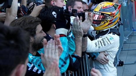 Lewis Hamilton juhli voittoaan sunnuntaina Japanissa.
