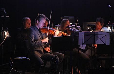 Australian Chamber Orchestra vieraili Suomessa nyt ensi kertaa. Kuvassa keskellä orkesterin johtaja, viulisti Richard Tognetti. Kuva vuodelta 2016.