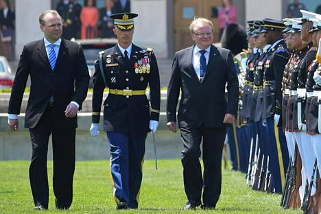 Puolustusministerit Jussi Niinistö ja Peterer Hultqvist tarkastivat kunniakomppanian Pentagonissa Washingtonissa. KUVA: MANDEL NGAN / AFP)