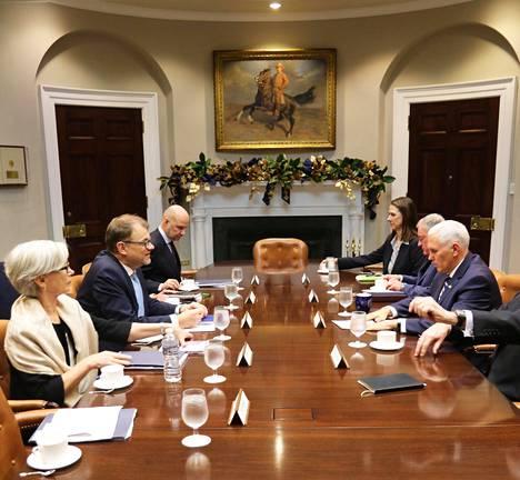 Pääministeri Juha Sipilä tapasi varapresidentti Michael Pencen Washingtonissa keskiviikkona.