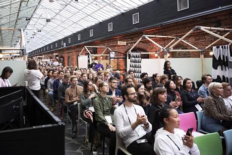 Dash-tapahtuman yleisöä Wanha Satama -alueella Helsingissä.