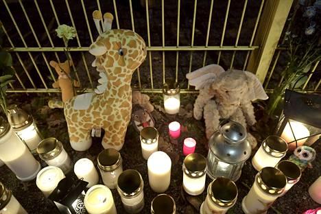 Surijat olivat tuoneet leluja ja kynttilöitä Porvoossa Lyseon leikkipuiston aidan vierelle maanantai-iltana 13. marraskuuta.