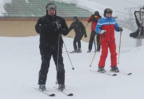 Valko-Venäjän presidentti Aljaksandr Lukašenka kävi maanantaina hiihtelemässä Venäjän presidentin Vladimir Putinin kanssa Sotšissa.
