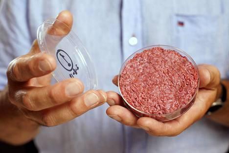 Professori Mark Post esitteli maailman ensimmäistä laboratoriossa kasvatettua hampurilaispihviä Lontoossa elokuussa 2013. Pihville tuli hintaa 250000 euroa.