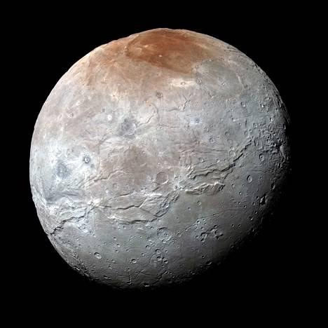 Pluton isoa kuuta Kharonia kuvasi New Horizons -luotaimen Lorri-kamera 14. heinäkuuta. Kuvaan on lisätty Ralph-kameran mittaamia värisävyjä.