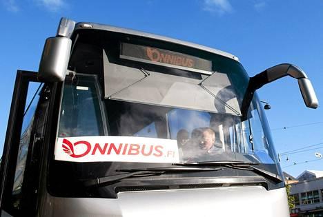 Halpabussiyhtiö Onnibussin linja-auto lähdössä Tampereelle Postitalon bussipysäkiltä Helsingistä 11. heinäkuuta 2012.