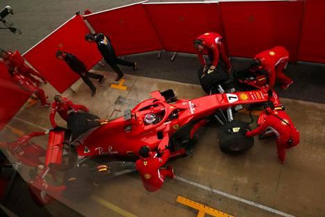 Kimi Räikkönen palaamassa uudella Ferrarillaan varikoille testiajon jälkeen.